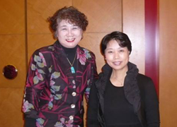 著者(左)とキムタクのお母さん木村まさ子氏(右)
